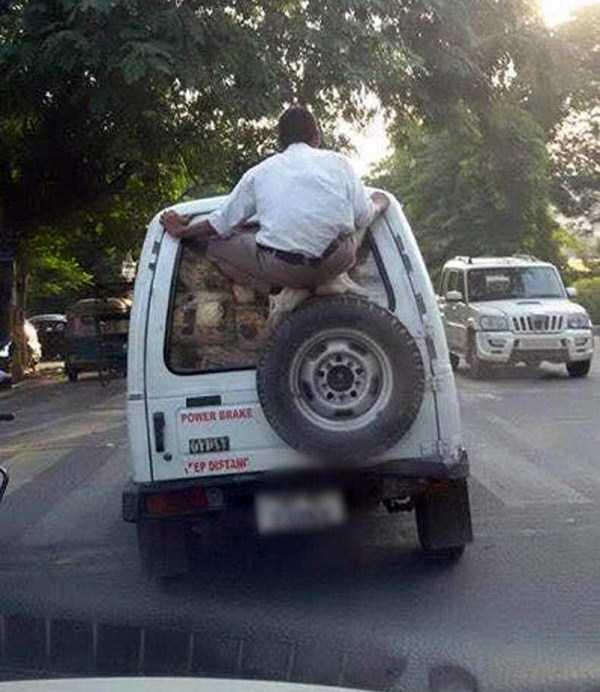 мужчина на багажнике авто