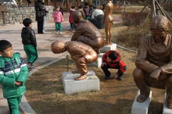 дети рядом с памятником