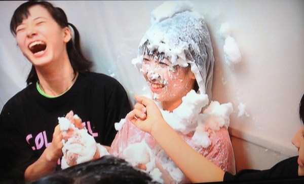 девушки азиатки смеются