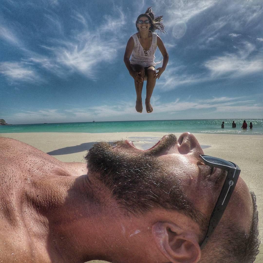 девушка прыгает в рот мужчине