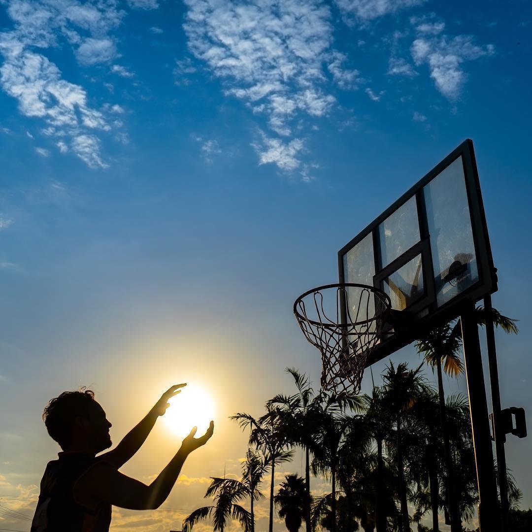 парень держит солнце в руках
