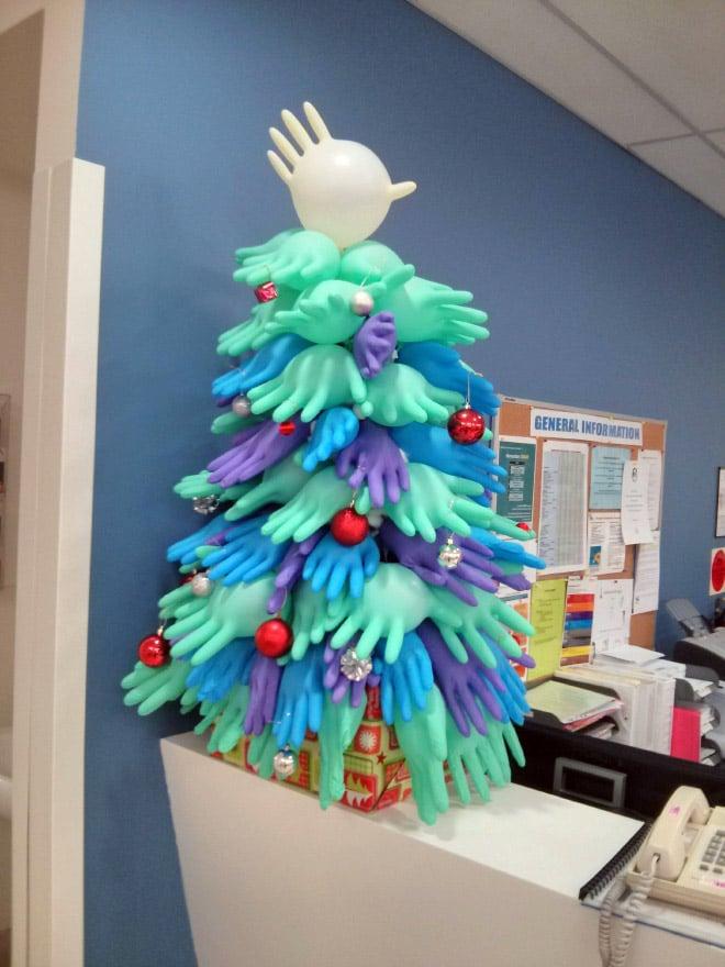 елка из разноцветных медицинских перчаток