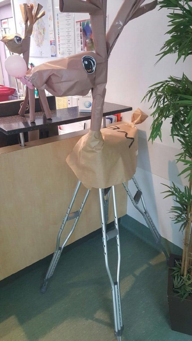 бумажный олень на костылях