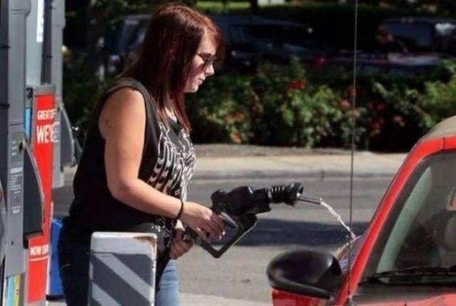 женщина заливает бензин в бензобак