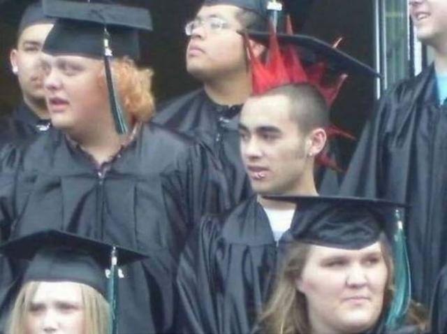 парень с красным ирокезом в форме выпускника