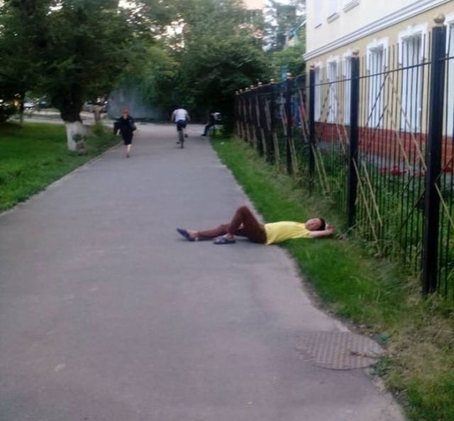 парень лежит на асфальте