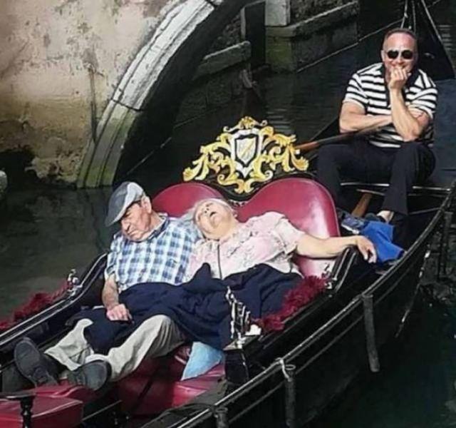 пара спит в гондоле