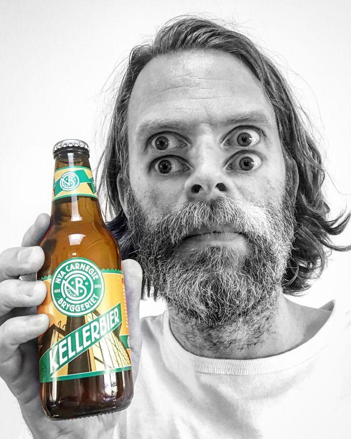 Две пары глаз, смотрящих на пиво