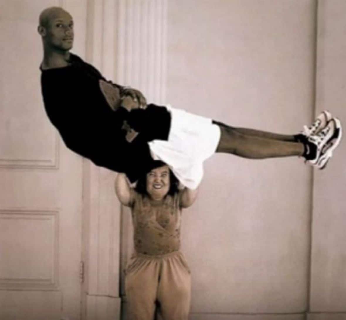 женщина держит над головой мужчину