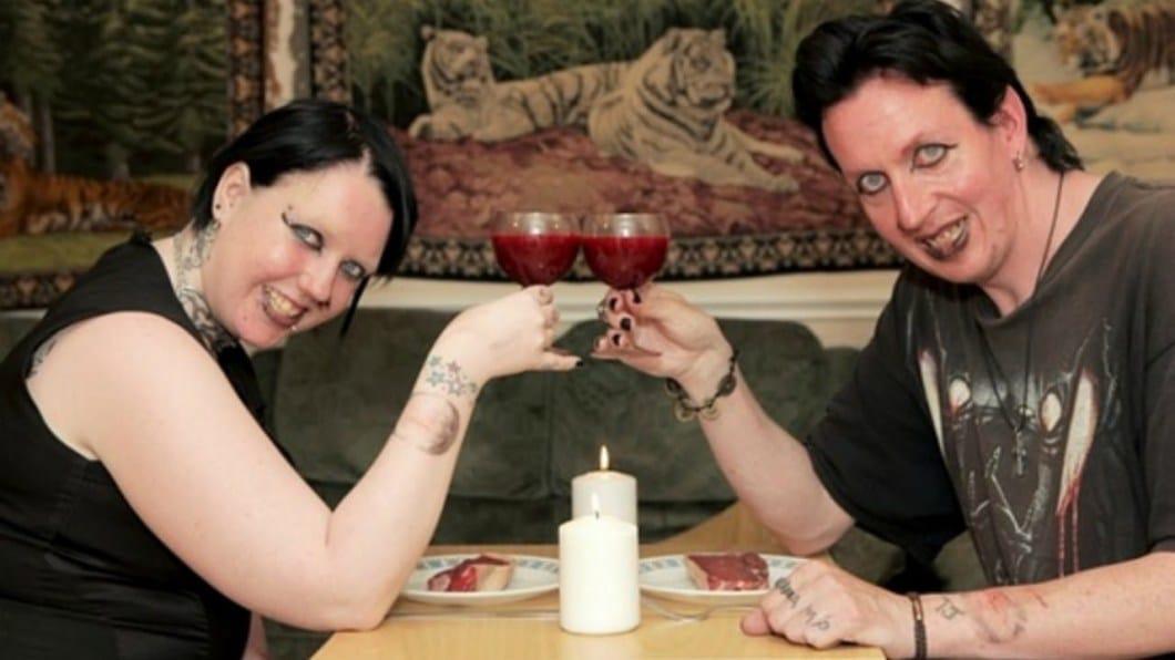 мужчина и женщина пьют из бокалов