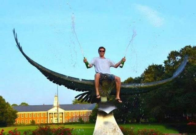 парень с шампанским на статуе орла