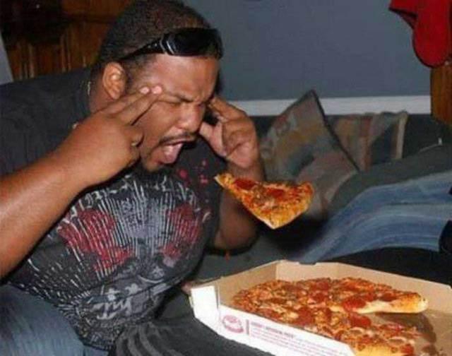 чернокожий мужчина с пиццей