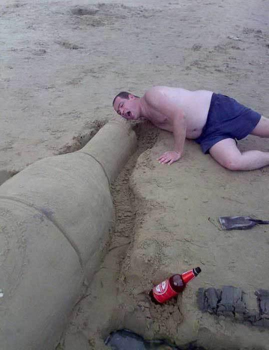 парень на пляже с бутылкой из песка