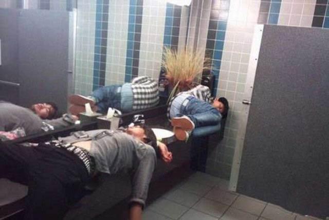 парни спят в туалете