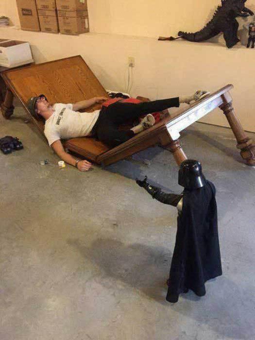 парень лежит на сломанном столе