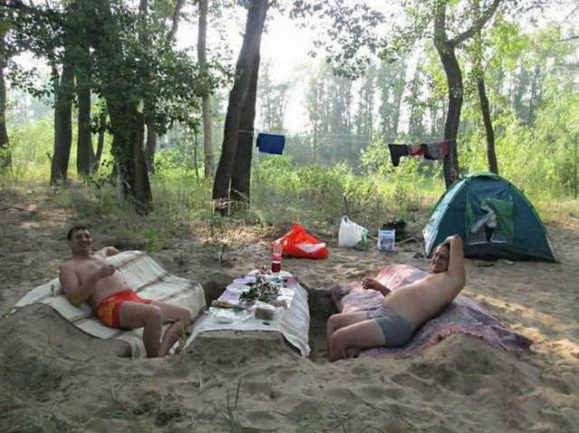 мужчины отдыхают на природе