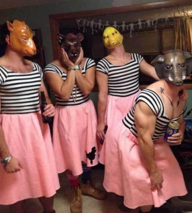 мужчины в масках и юбках