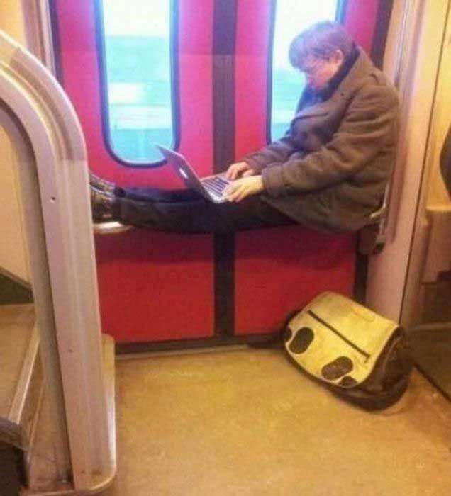 мужчина с нетбуком в вагоне