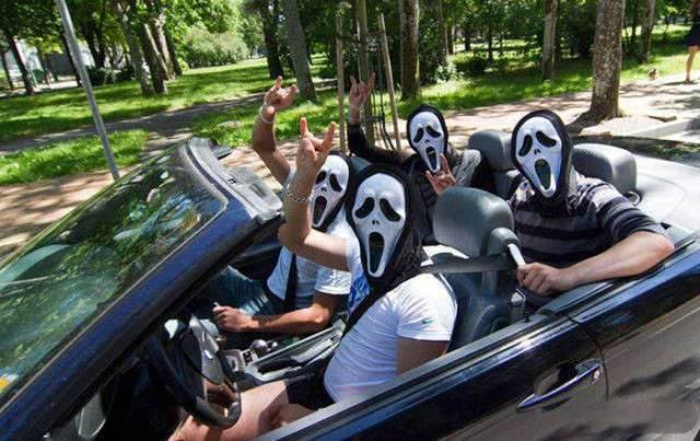 парни в масках крика в машине