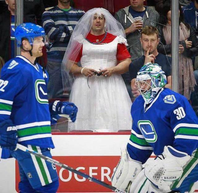 мужчина в свадебном платье на хоккее
