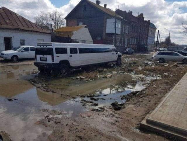 белый лимузин в грязи