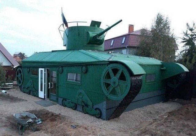 здание в форме танка