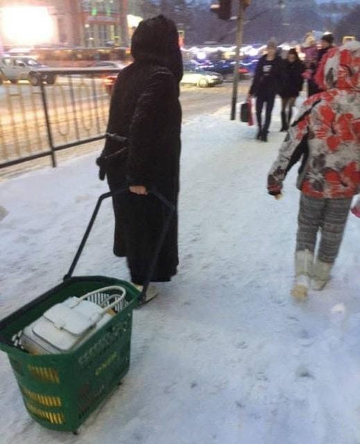 женщина с корзиной из супермаркета