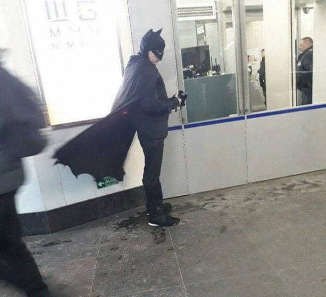 парень в костюме бэтмена