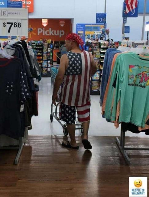 мужчина в костюме с национальным флагом сша