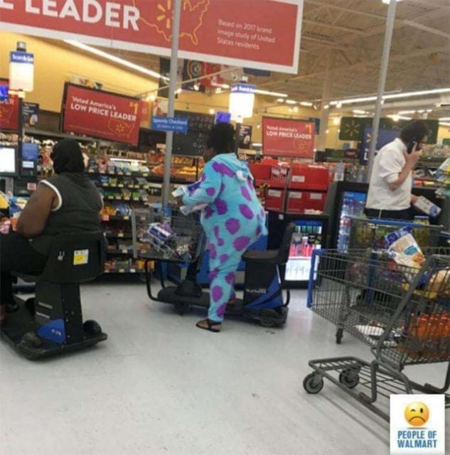 чернокожая женщина в голубой пижаме