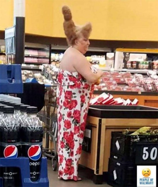 женщина в цветном комбинезоне