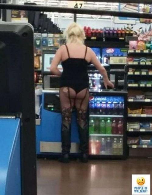 женщина без юбки в супермаркете