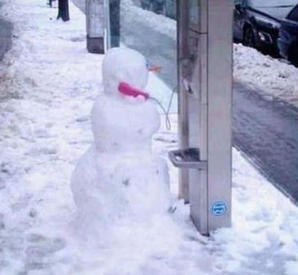 Снеговик с телефонной трубкой