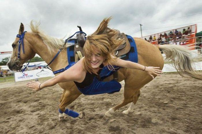 женщина падает с лошади