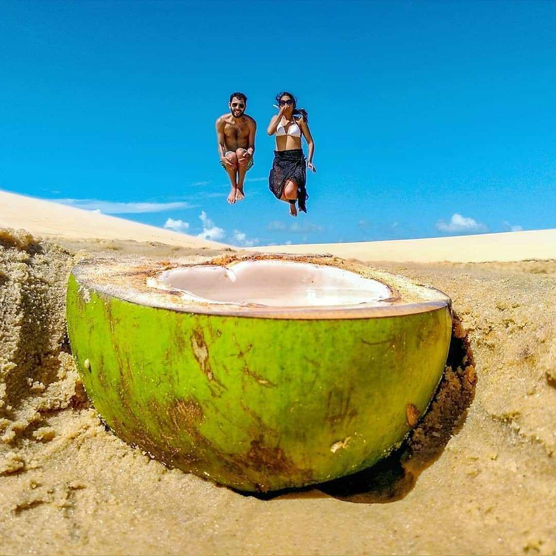 пара прыгает в кокос