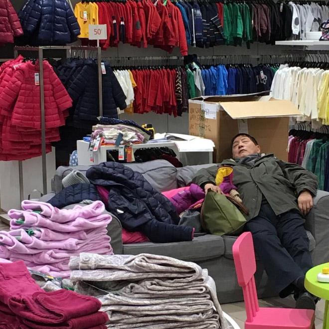 Мужчина спит в магазине