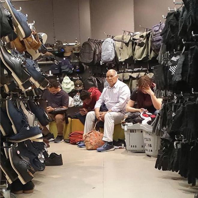Мужчина среди сумок