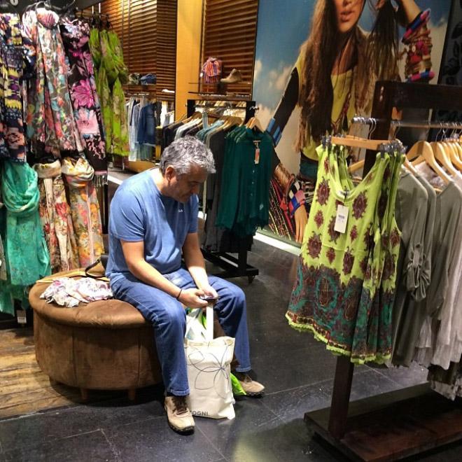 Мужчина ждет в магазине