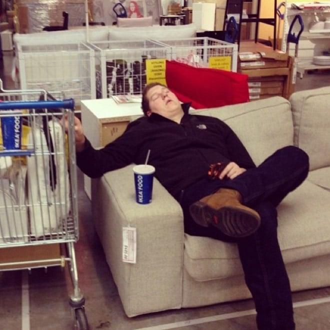 Мужчина спит в магазине рис 2
