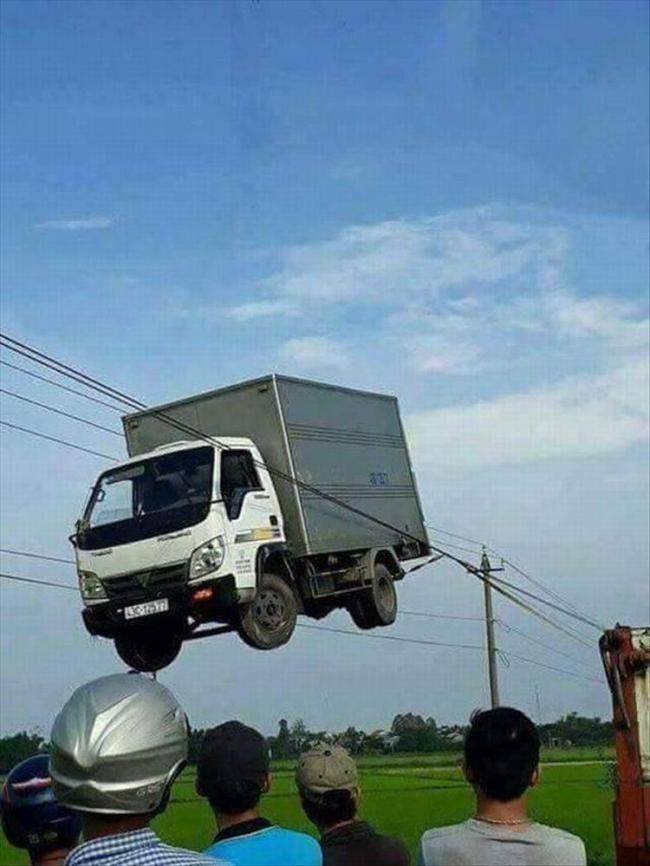 грузовик на проводах