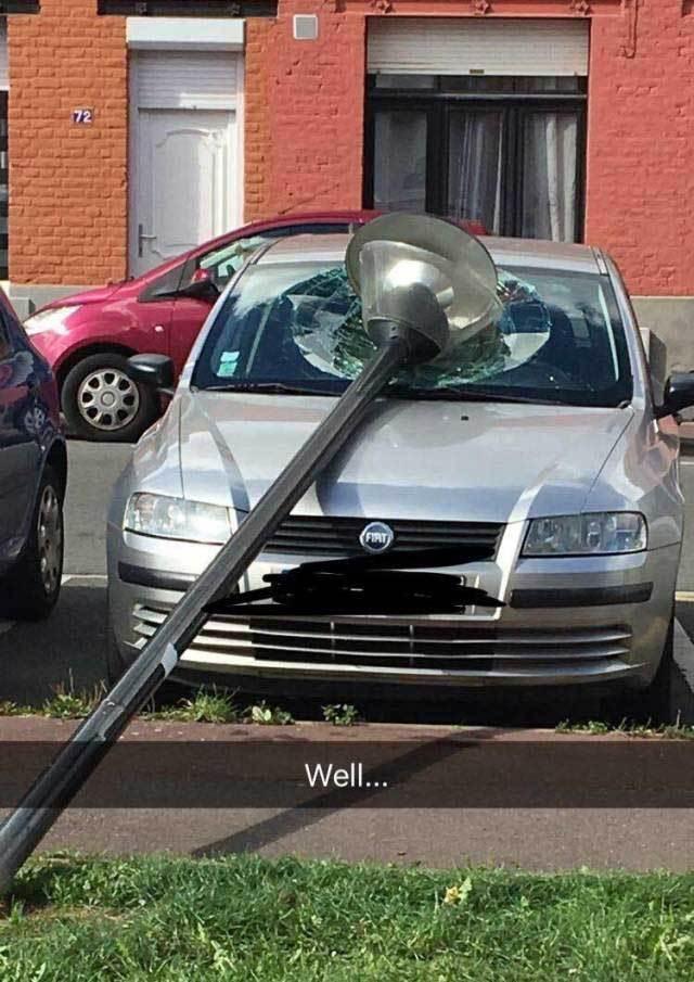 фонарь упал на машину