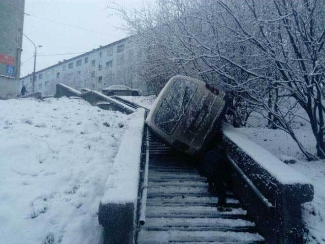 машина лежит на ступеньках