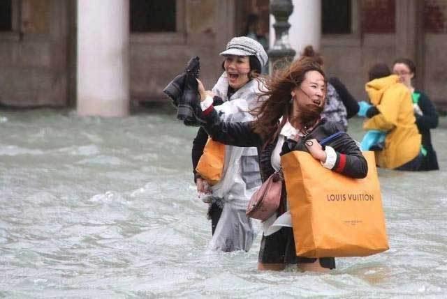 девушки по колено в воде