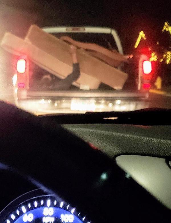 парень лежит в кузове авто