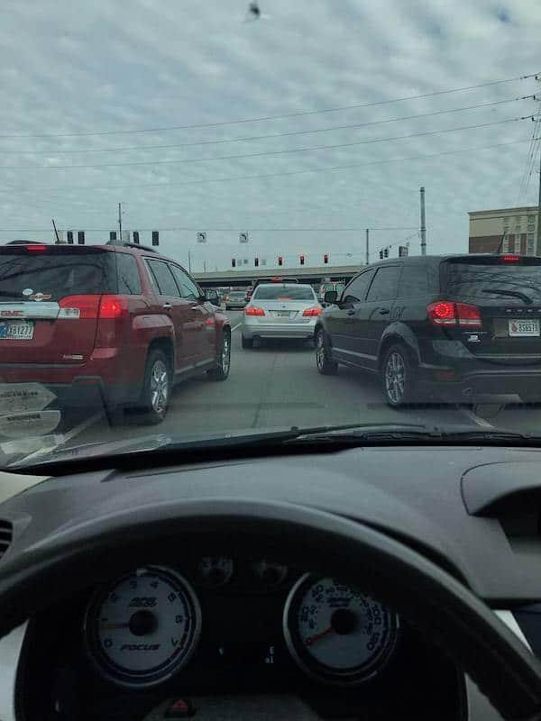 машины едут в два ряда