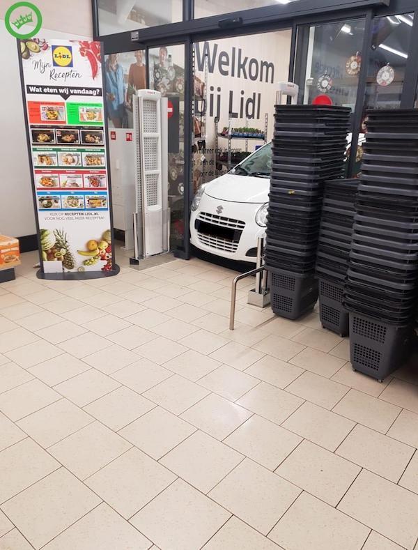 машина застряла в дверях супермаркета