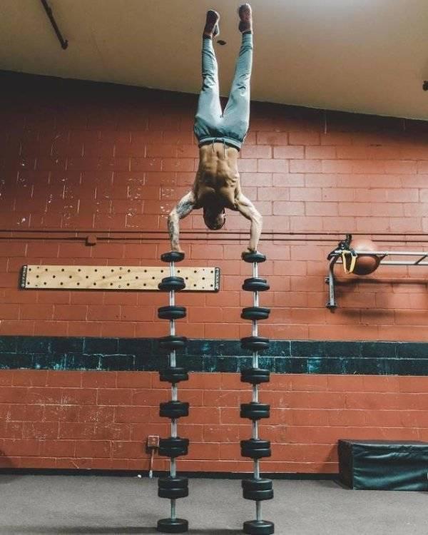 спортсмен делает трюк