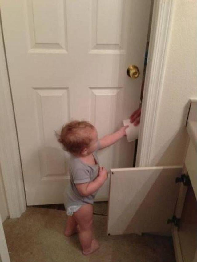 ребенок подаёт туалетную бумагу