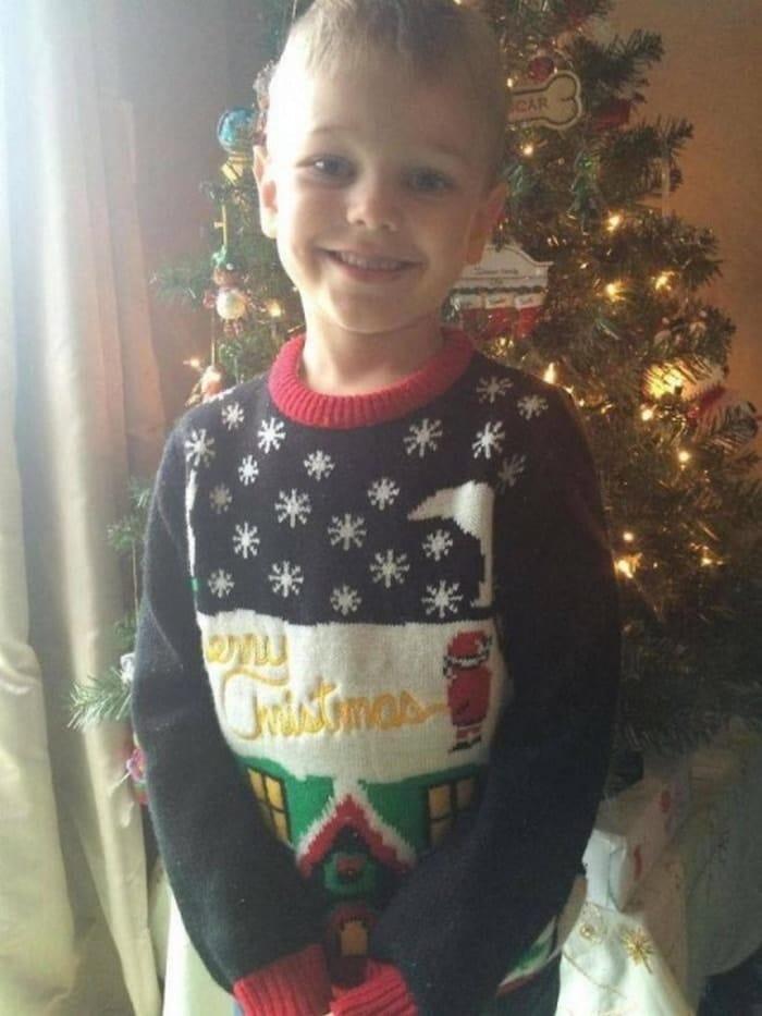 смешной свитер на мальчике