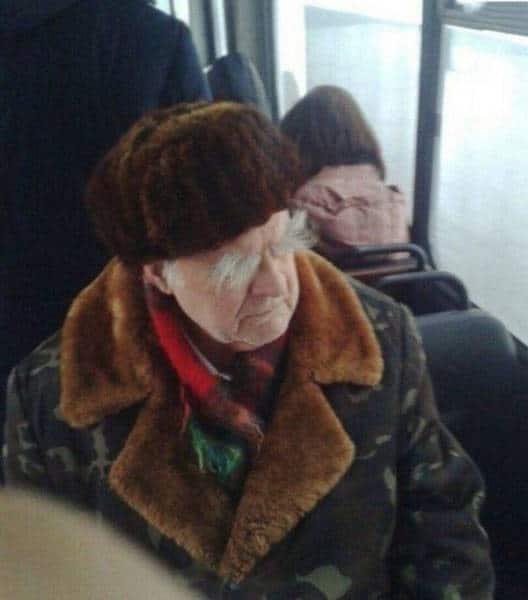 пожилой мужчина в общественном транспорте